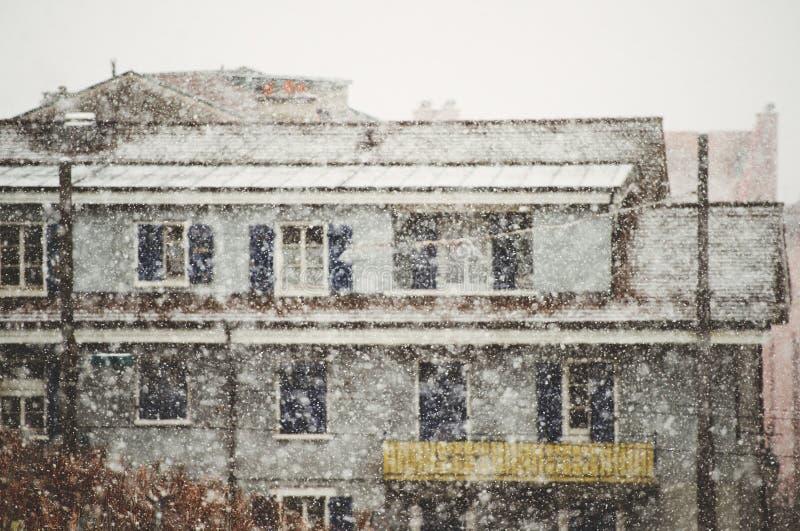 Сильный снегопад падает в город стоковые изображения rf