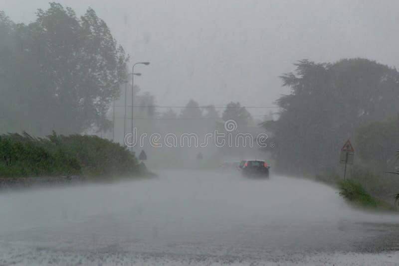 Сильный шторм с проливным дождем на дороге с плохой видимостью автомобилей стоковые изображения