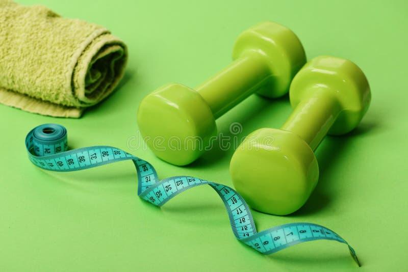 Символы режима спорт Гантели в зеленом цвете, переплетенной ленте измерения стоковые фото