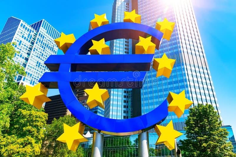 Символ денег евро в Франкфурте-на-Майне, Германии стоковое изображение