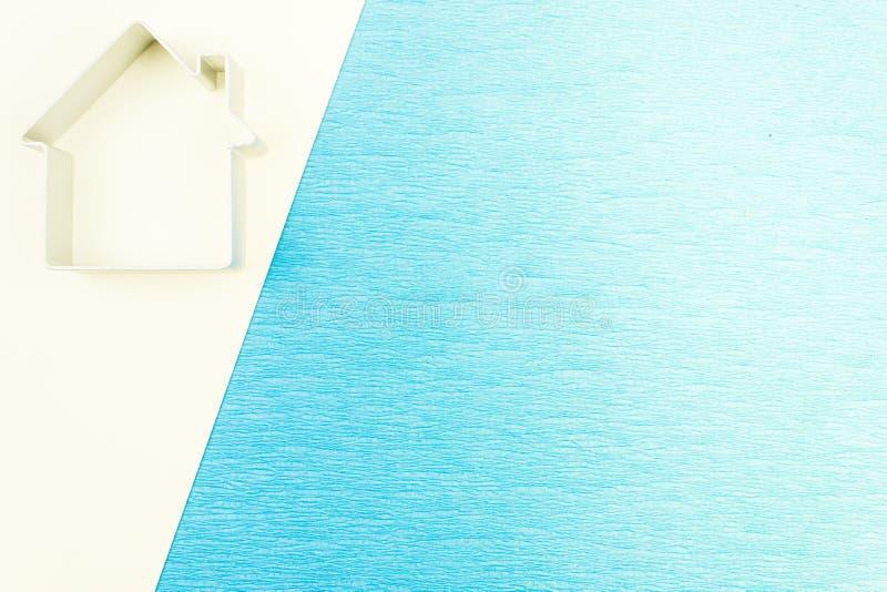 Символ дома, силуэта на голубой предпосылке стоковое изображение rf