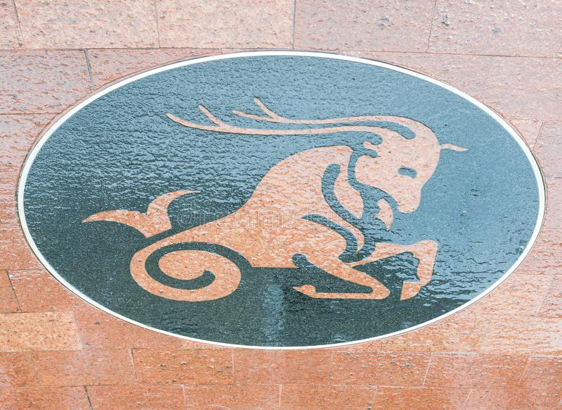 Символ козерога на влажном поле плитки стоковая фотография
