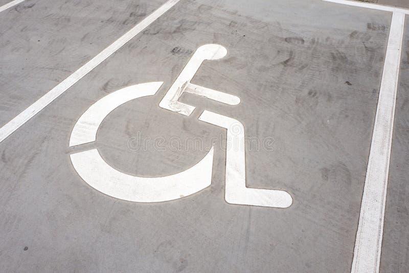 Символ кресло-каталки на месте для парковки стоковая фотография