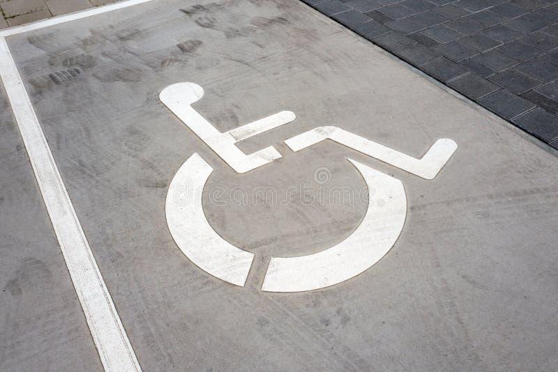 Символ кресло-каталки на месте для парковки стоковая фотография rf