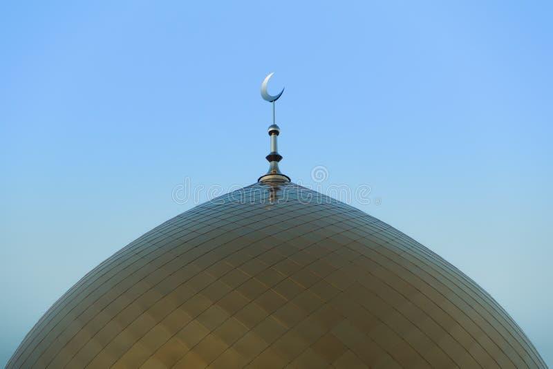 Символ мусульманства Золотой полумесяц Золотой минарет мечети стоковое изображение