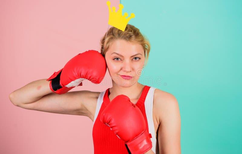 Символ перчатки и кроны бокса женщины принцессы Ферзь спорта Станьте самый лучший в спорте бокса Женственная нежная блондинка стоковые фото