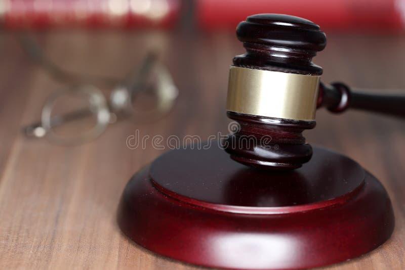 Символ правосудия с молотком стоковые изображения rf