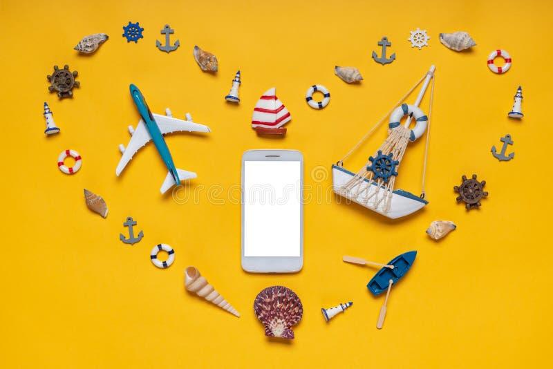 Символ сердца сделанный из декоративных деталей и миниатюрных игрушек: seashells, сосуд, анкеры, маяки, томбуи жизни Парусник и с стоковые изображения rf