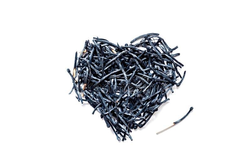 Символ сердца сделанный, который сгорели-вниз конца-вверх спичек, изолированный на белой предпосылке стоковая фотография