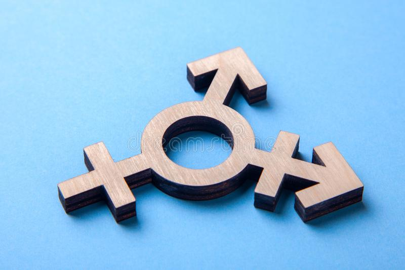 Символ трансгендерного от дерева на сини стоковые изображения