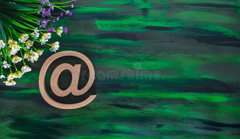 Символ электронной почты с тегами, сделанный из деревянной буквы на рукописном полотне стоковые фотографии rf