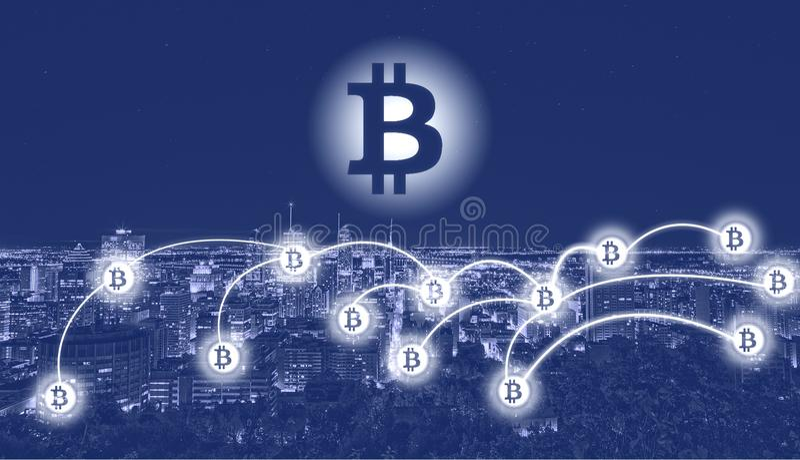 Символ Bitcoin над городом стоковые фото