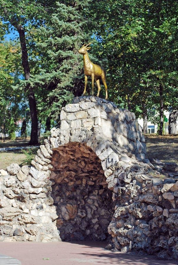 Символ †самары» коза в саде Strukovsky над гротом samara стоковые фотографии rf