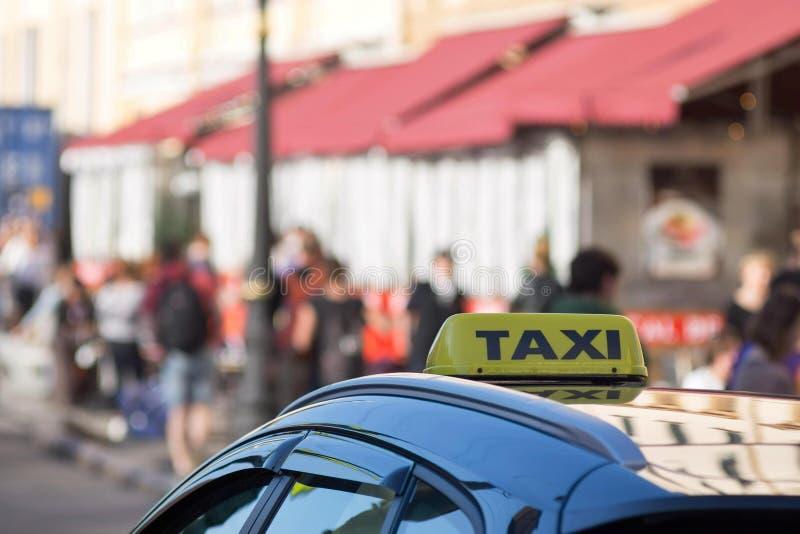 Символ или знак такси на крыше автомобиля стоковое изображение rf