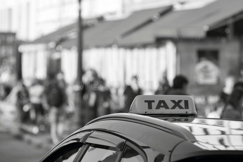 Символ или знак такси на крыше автомобиля стоковая фотография