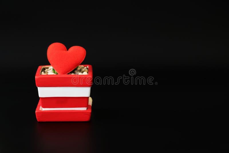 Символ красного сердца форменный в керамическом баке стоковые изображения rf
