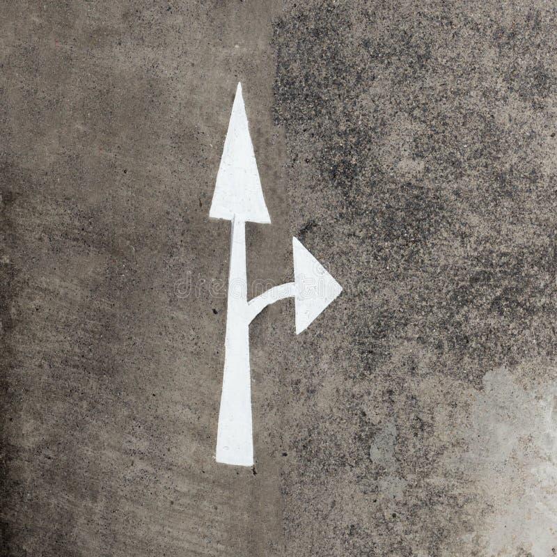 Символ стрелки на бетоне Взгляд сверху стоковая фотография