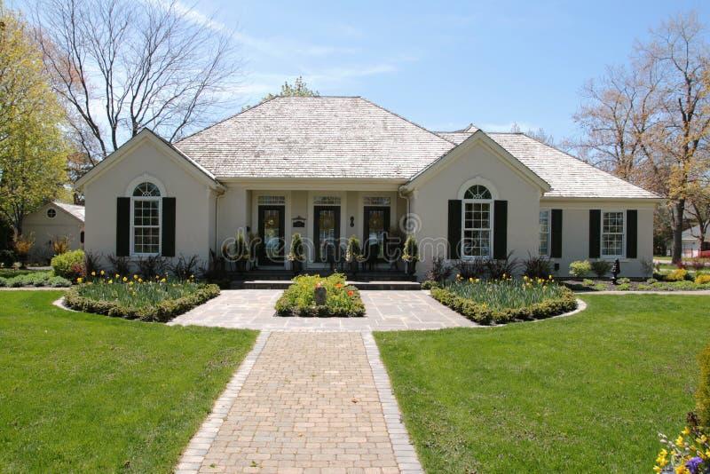 симметричная дома landscaping славная стоковые фотографии rf