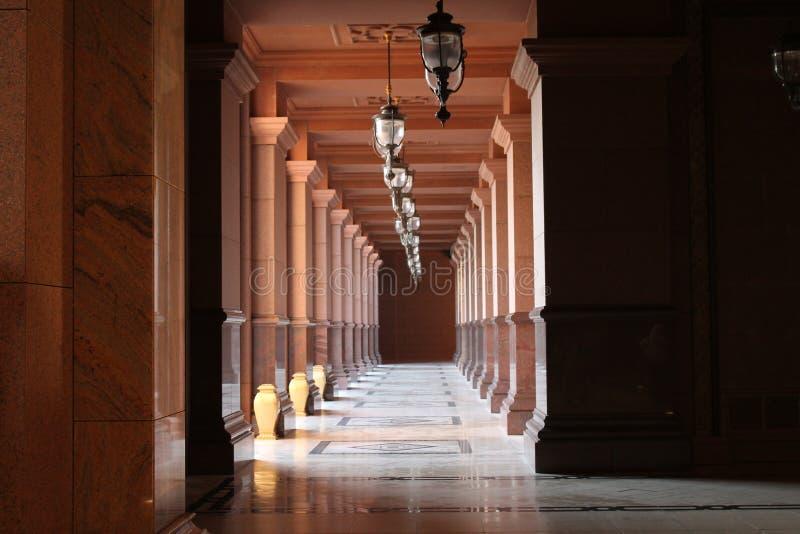 Симметричные столбцы, красота исламской архитектуры стоковое фото