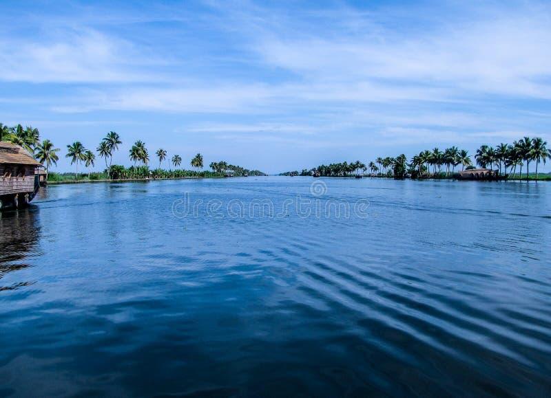 Симметричный сценарный взгляд озера Vembanad в Керале, Индии стоковое изображение rf