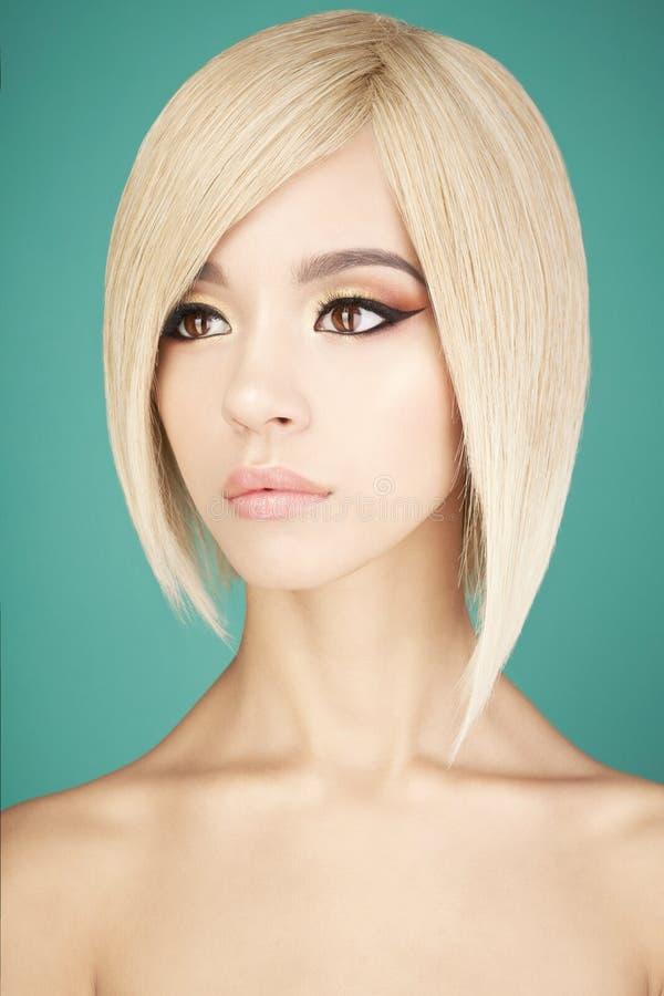 Симпатичная азиатская женщина с белокурыми короткими волосами стоковые фотографии rf