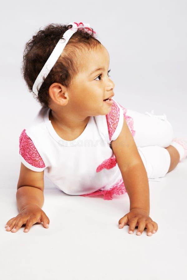 Симпатичная вползая маленькая девочка стоковая фотография