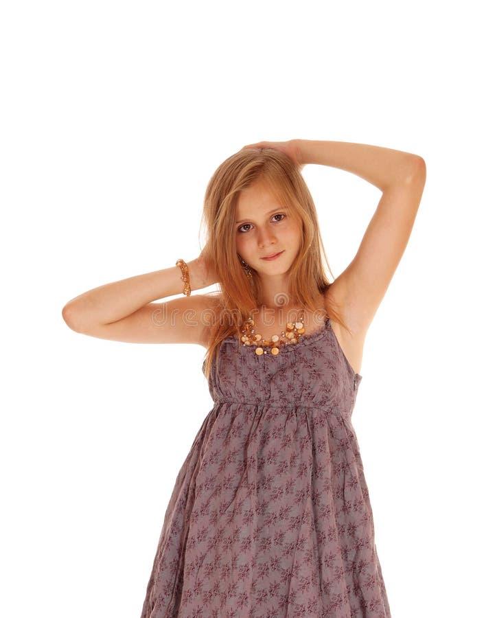 Симпатичная девушка в бургундском платье стоковые фото