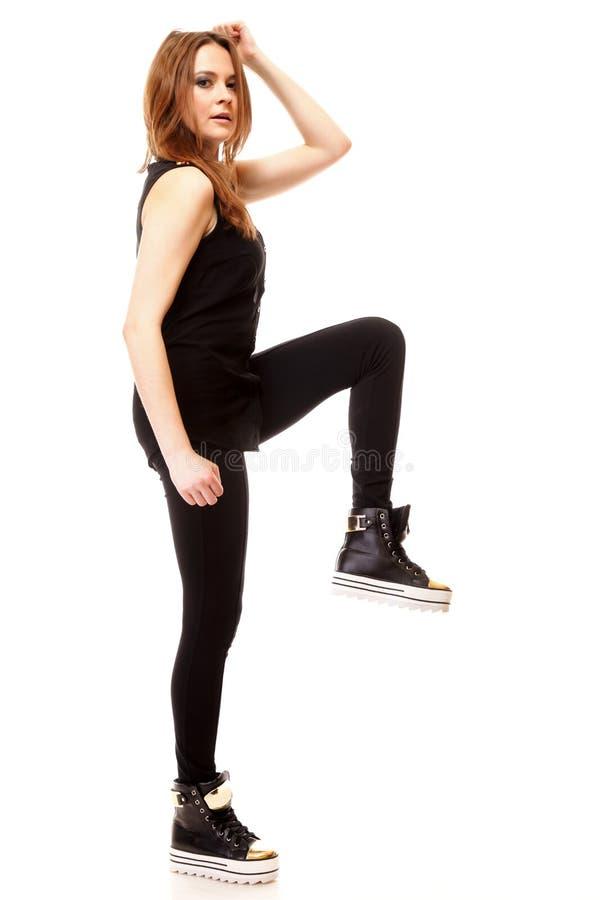 Симпатичная девушка в изолированной одежде непринужденного стиля, стоковое фото