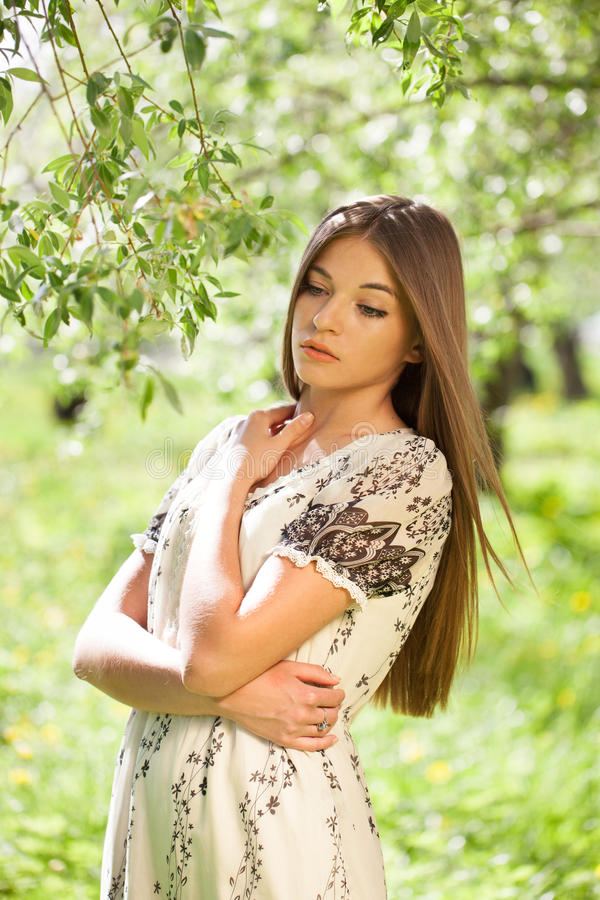 Симпатичная девушка в платье лета стоковое фото