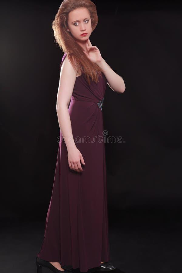 Download Симпатичная женская модель стоя с рукой на Chin Стоковое Фото - изображение насчитывающей способ, платья: 41659842