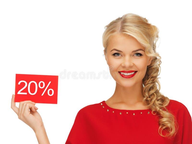 Симпатичная женщина в красном платье с карточкой скидки стоковые изображения rf