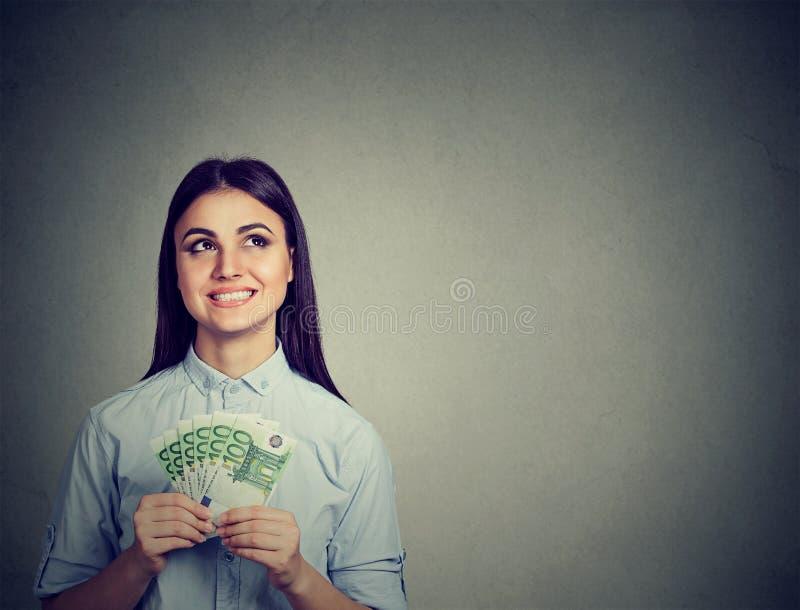 Симпатичная женщина подростка с деньгами наличных денег евро стоковая фотография rf