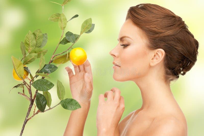 Симпатичная женщина с хворостиной лимона стоковая фотография
