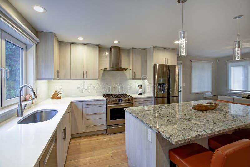 Симпатичная комната кухни с островом кухни стоковая фотография