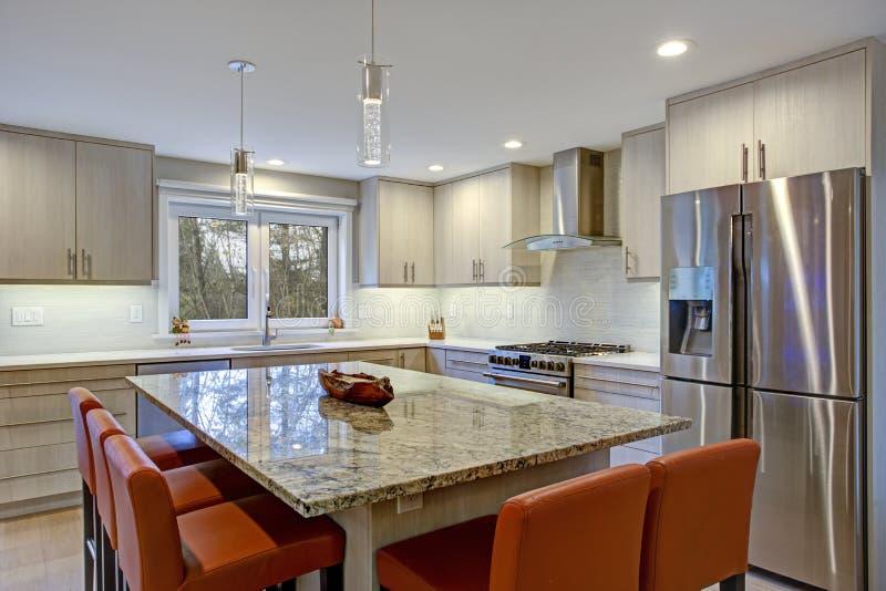 Симпатичная комната кухни с островом кухни стоковая фотография rf