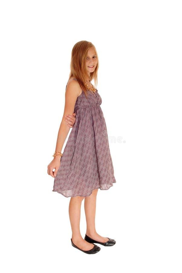 Симпатичная маленькая девочка в положении платья стоковое фото rf