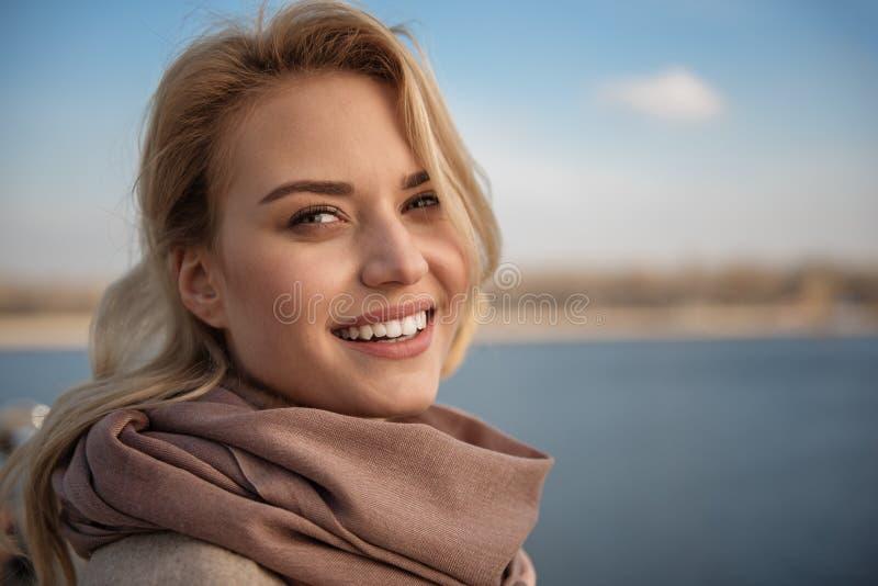 Симпатичная молодая дама усмехаясь внутри под открытым небом стоковые изображения rf