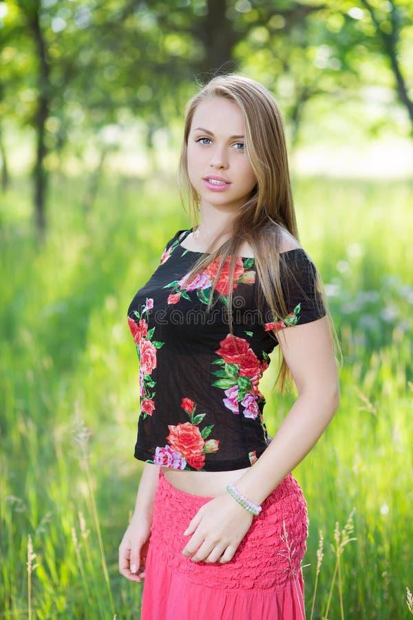 Симпатичная молодая женщина стоковые фотографии rf