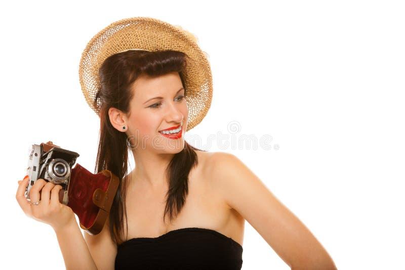 Симпатичная предназначенная для подростков девушка с старой камерой стоковое фото rf