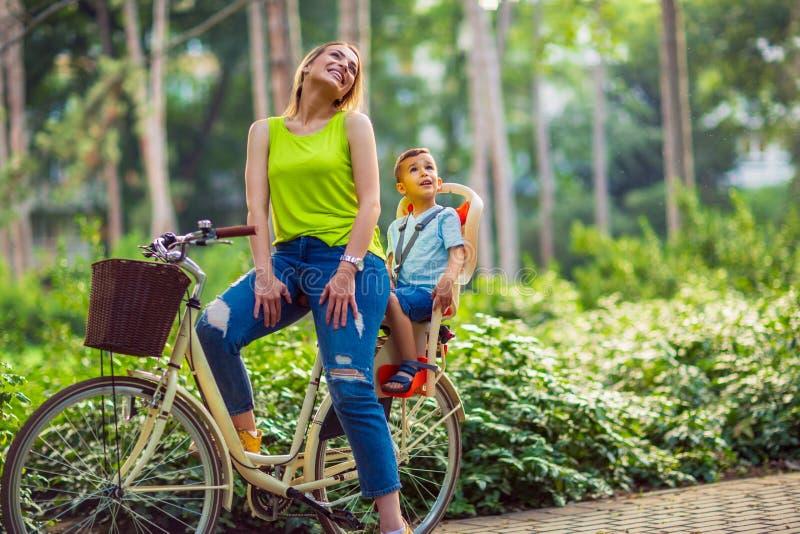 Симпатичная семья имея качественное время outdoors- будет матерью и ridin сына стоковые изображения