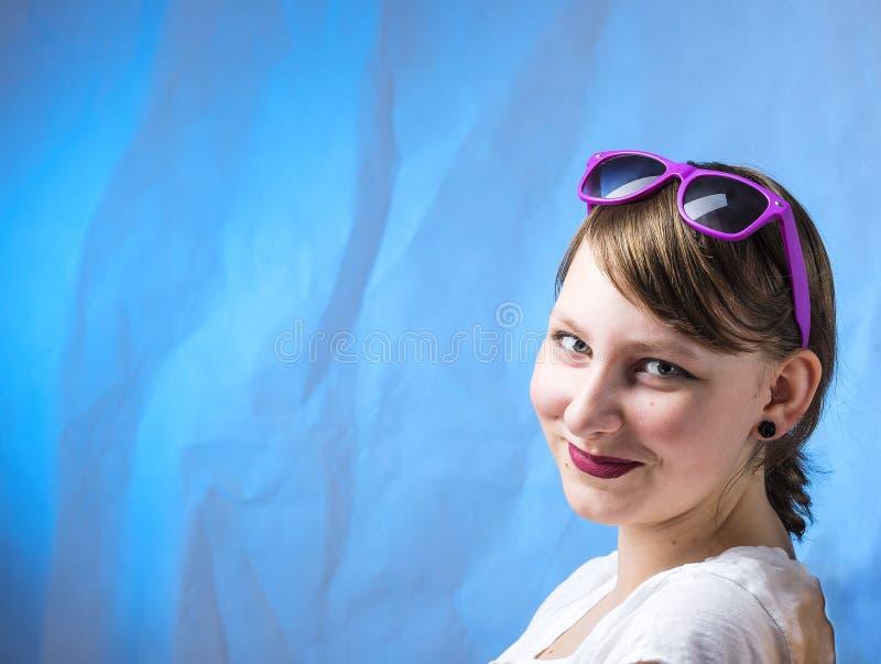 Симпатичная славная макетированная девушка с телефоном стоковое изображение rf