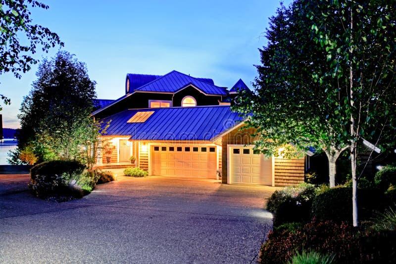 Симпатичное воззвание обочины большого роскошного дома с голубой крышей стоковое изображение