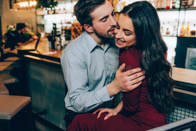 Симпатичное изображение красивого человека и красивой женщины сидя очень близко друг к другу Он держит ее на ее руках и стоковые фотографии rf