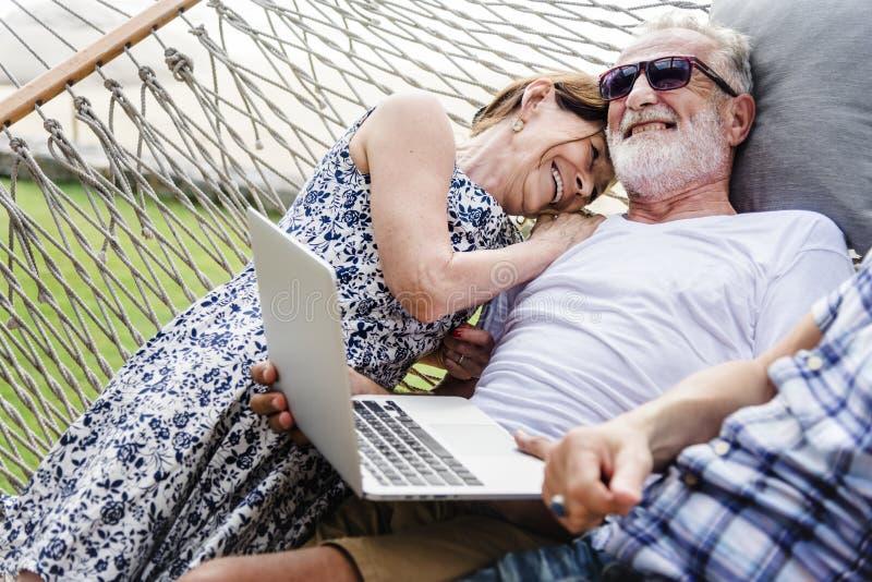 Симпатичные зрелые пары на романтичных каникулах стоковое фото rf