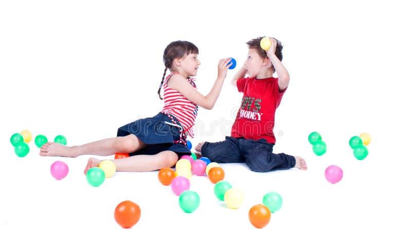 Симпатичные малыши играют с шариками стоковые фотографии rf
