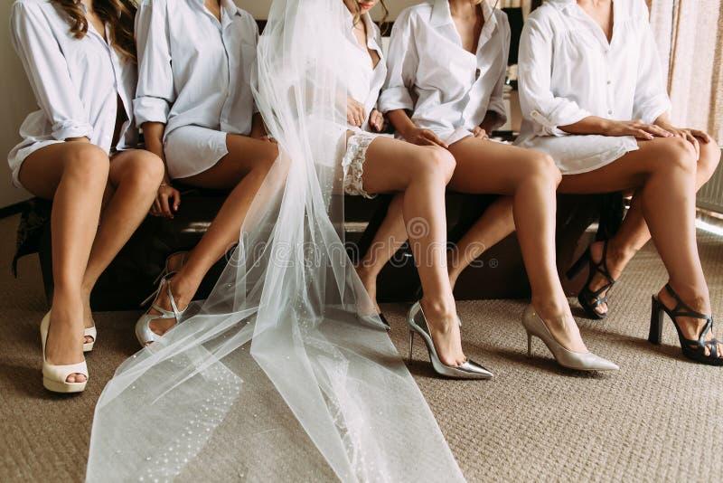 Симпатичные ноги невесты и ее друзей стоковая фотография rf