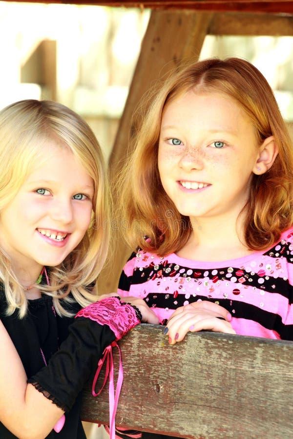симпатичные сестры стоковая фотография rf