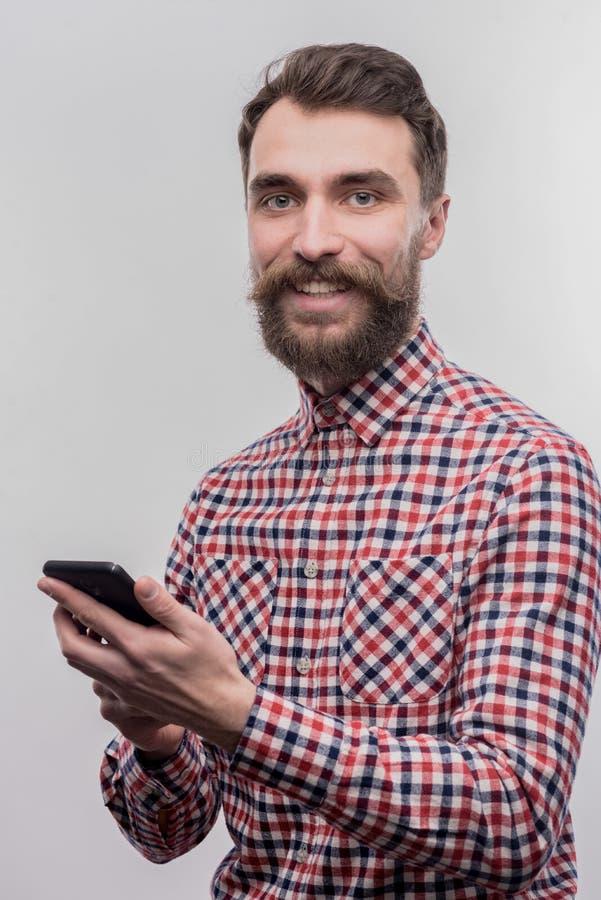 Симпатичный бородатый бизнесмен чувствуя возбужденный перед запускать запуск стоковые фото
