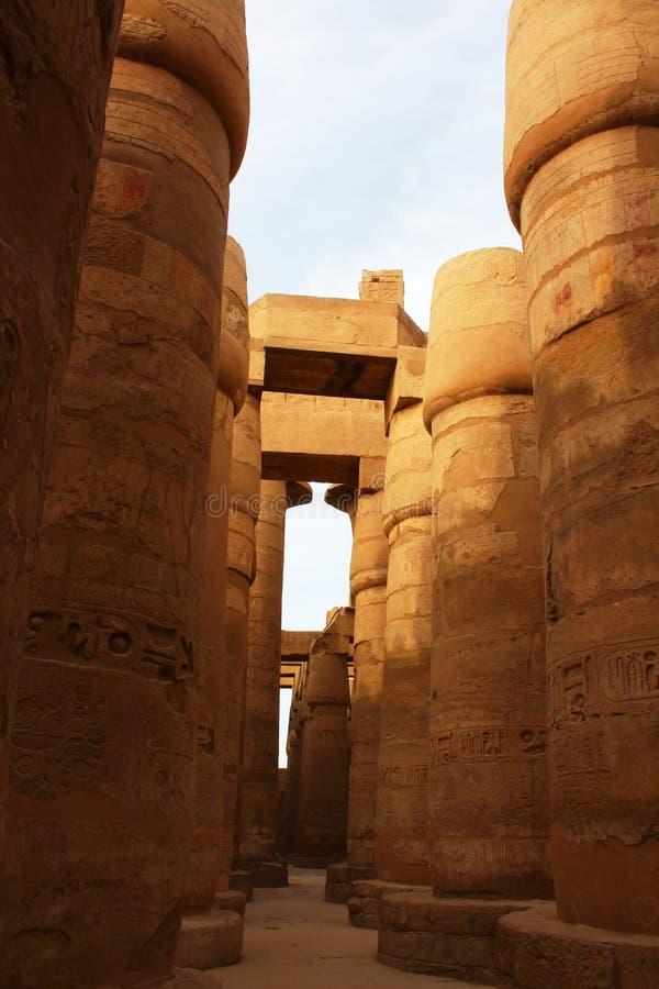Симпатичный взгляд большого Hypostyle Hall виска Karnak во время теплого вечера пасхи Египет luxor стоковые фотографии rf
