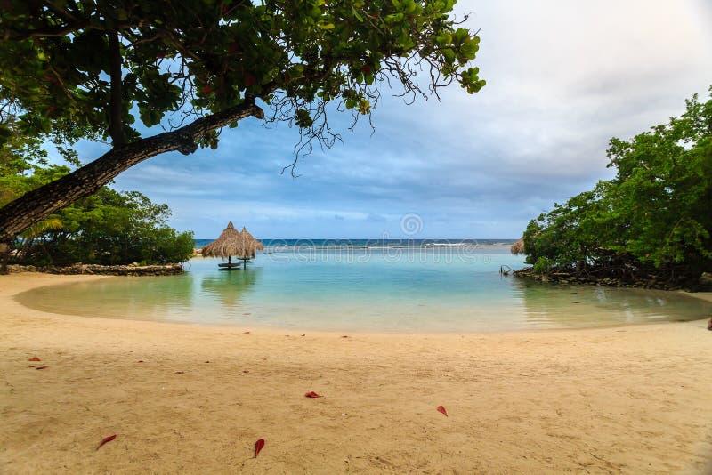 Симпатичный малый приливный бассейн в бухте на маленьком французе Кей, Roatan, Гондурасе стоковая фотография rf